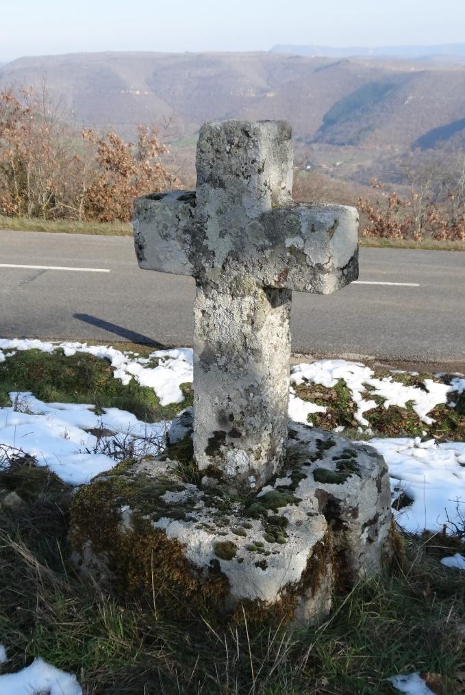 Contrepoids de pressoir servant de socle à une croix